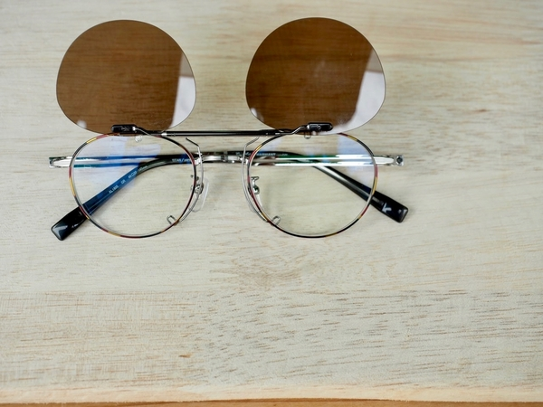 いつもの眼鏡がパッと♪偏光サングラスに!サムネイル